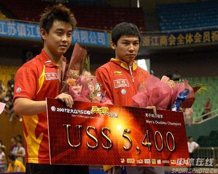 图文-中国乒球赛陈�^王皓男双称王给冠军一个特写