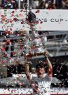 图文-阿灵基号卫冕美洲杯赛冠军富豪船主高举奖杯