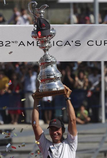 图文-瑞士阿灵基队夺得美洲杯冠军最昂贵的奖杯