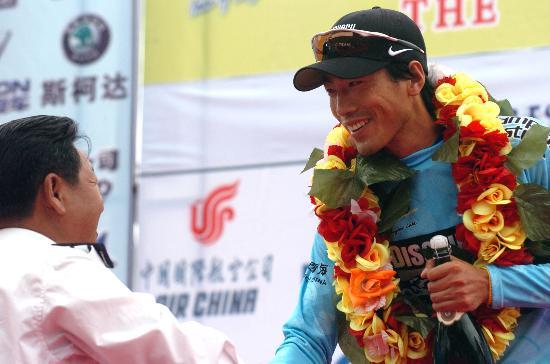 图文-第六届环湖赛第三赛段赛况李富玉登上领奖台