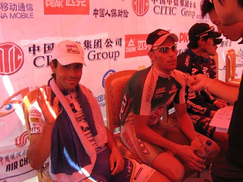 图文-环湖赛第四赛段赛况他靠笑容来谋杀菲林