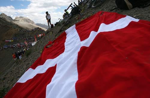 图文-环法第九赛段索勒夺冠巨大的瑞士国旗