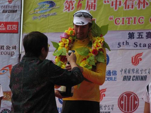图文-环湖赛第五赛段赛况黄衫得主丹尼尔迎接香槟