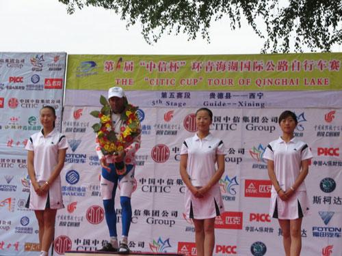 图文-环湖赛第五赛段赛况爬坡王的身边美女如云