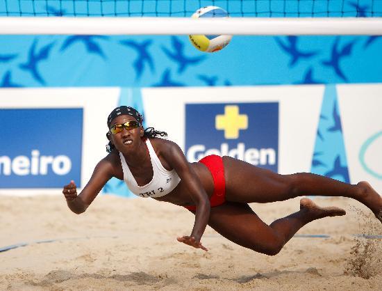 图文-泛美运动会17日比赛精彩沙排选手飞身救球