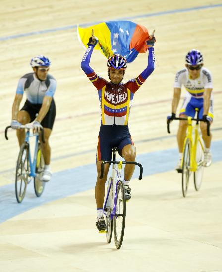 图文-泛美运动会自行车赛况委内瑞拉选手庆祝胜利