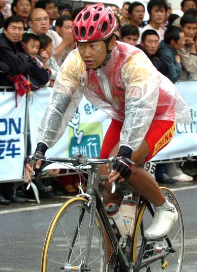 图文-环青海湖赛第五赛段赛况邹熔禧雨中酣畅行
