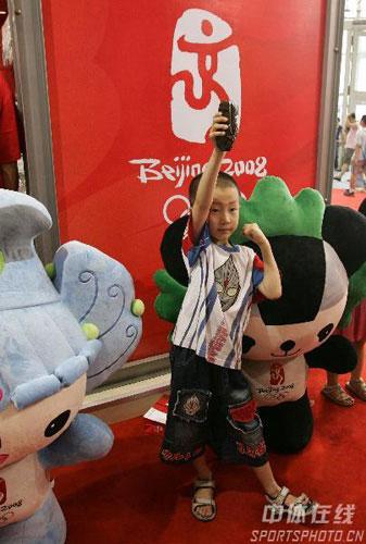 图文-奥运福娃漫游记在京首映高兴和贝贝京京合影