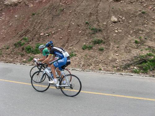图文-环湖赛第八赛段赛况车手努力征服上坡赛段