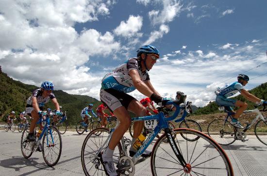 图文-环湖赛第八赛段赛况青天白云陪伴选手