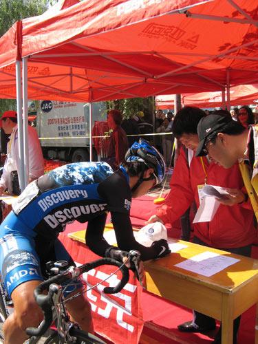 图文-环青海湖自行车赛最终赛段李富玉签到