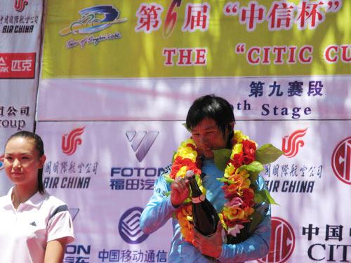 图文-环青海湖自行车赛最终赛段马海军获得蓝衫
