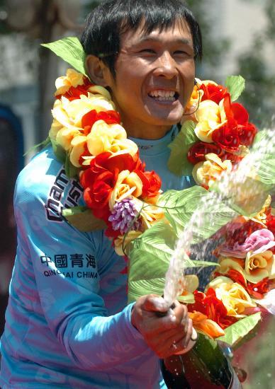 图文-第六届环湖自行车赛落幕马海军喷赛香槟