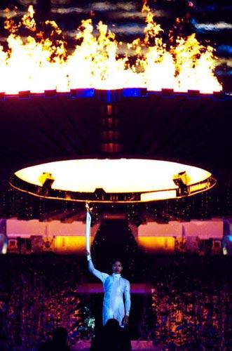 图文-2000年悉尼奥运会点火仪式手举火炬的弗里曼