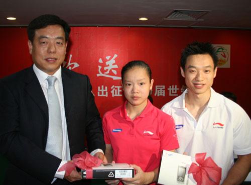 图文-体操队出征世锦赛新闻发布会杨威程菲接礼物