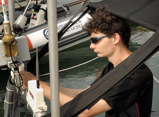 图文-青岛帆船赛赛前准备工作安装电子计时器