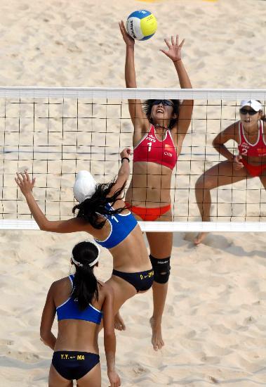 图文-沙滩排球测试赛岳园拦截对手张丹的进攻