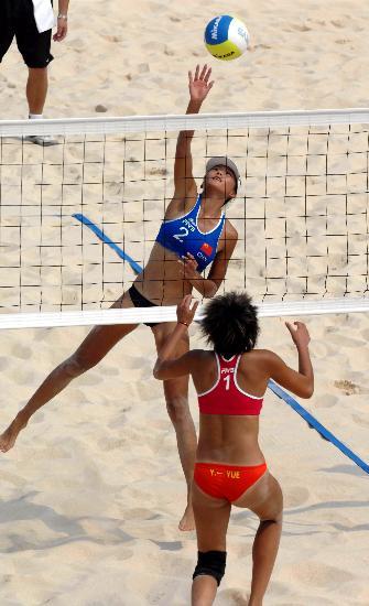 图文-沙滩排球测试赛马园园在比赛中进攻