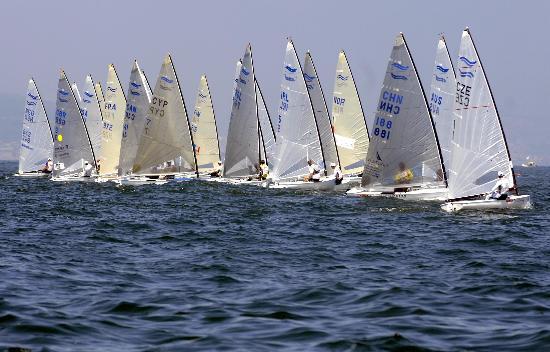 图文-青岛国际帆船赛芬兰人级比赛 船行海上