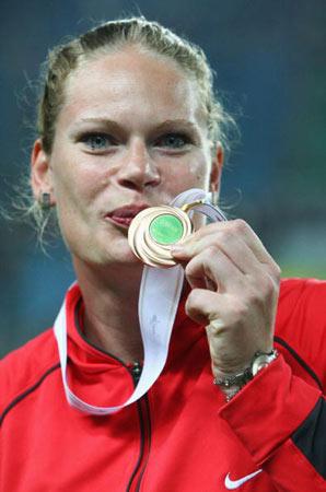 图文-世锦赛女子铅球颁奖仪式克莱内特亲吻奖牌