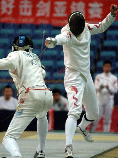 图文-中国队获男子重剑团体冠军解永俊优雅进攻