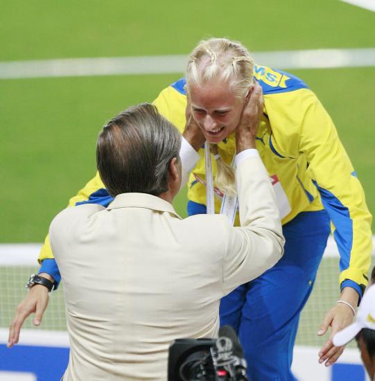 图文-田径世锦赛女子七项全能颁奖来个深情拥抱