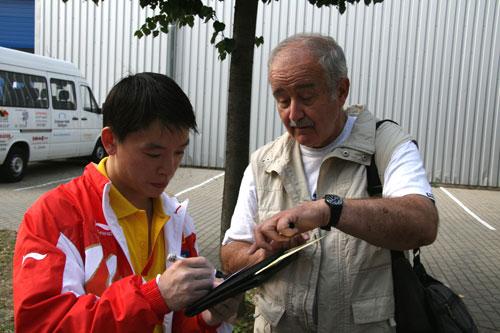 图文-体操队备战07世锦赛黄旭给体操迷签名