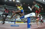 图文-田径世锦赛男子3000米障碍赛一起跨越障碍