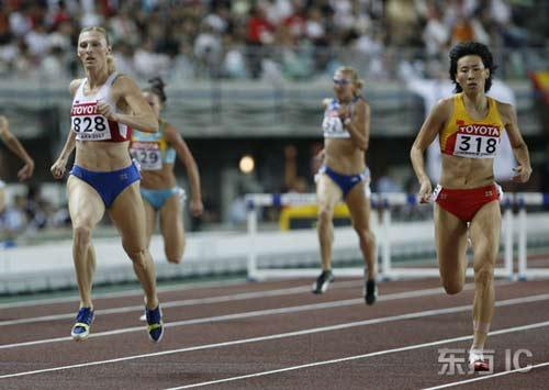 图文-田径世锦赛女子400米栏半决赛黄潇潇冲刺瞬间