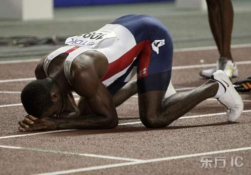 图文-田径世锦赛男子400米栏决赛克莱门特跪地庆祝