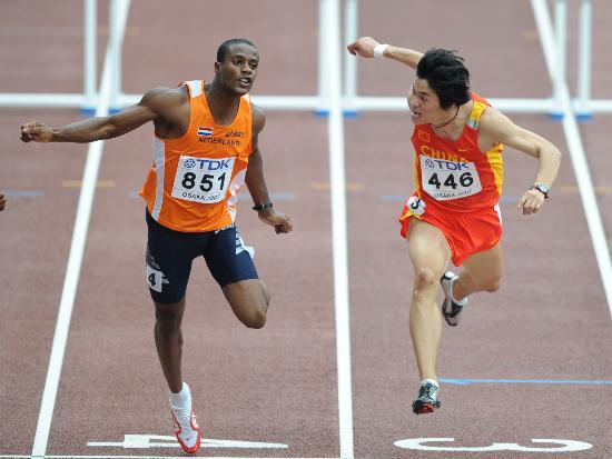 图文-邢衍安晋级男子110米栏半决赛黑白双煞