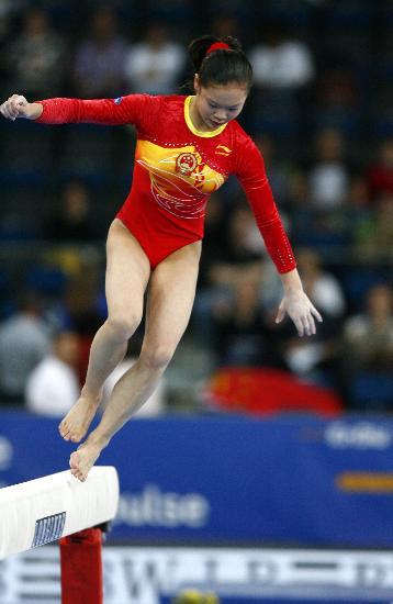 图文-体操世锦赛女子资格赛举行程菲不慎落木