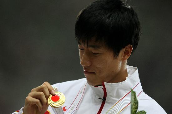 图文-田径世锦赛刘翔颁奖图集刘翔端详奖牌
