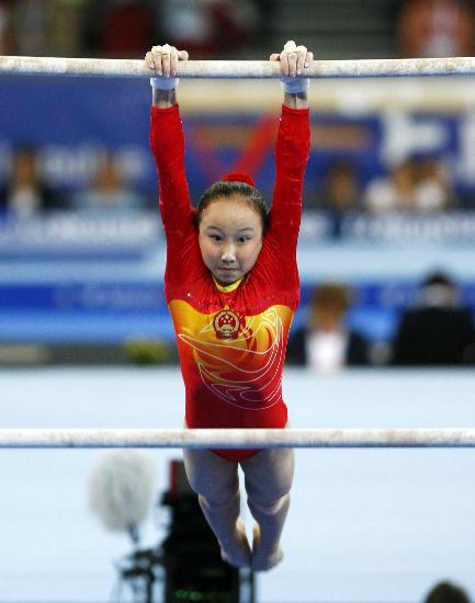图文-体操世锦赛女子资格赛举行肖莎高低杠表演