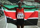 图文-田径世锦赛男子800米决赛冠军骄傲身披国旗
