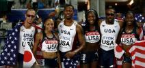 图文-美国男女队包揽4X400米接力金牌男女队员合影