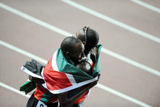 图文-男子800米阿尔弗雷德夺冠与肯尼亚队友拥抱