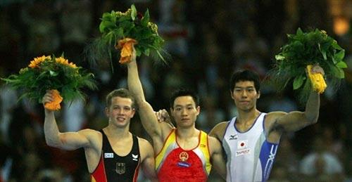 图文-体操世锦赛男子全能杨威夺冠前三名合影留念