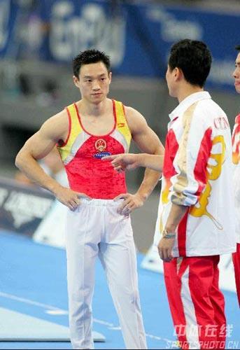 图文-体操世锦赛男子全能杨威夺冠接受教练指导