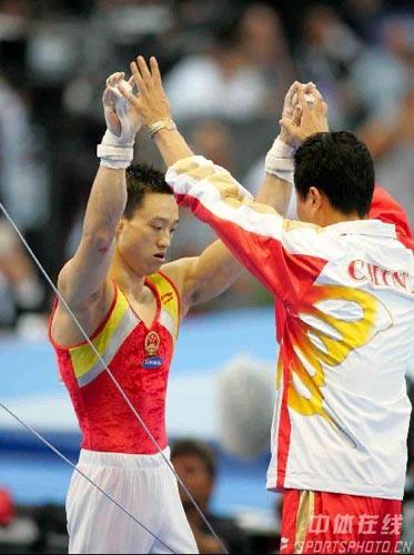 图文-体操世锦赛男子全能杨威夺冠与教练击掌相庆