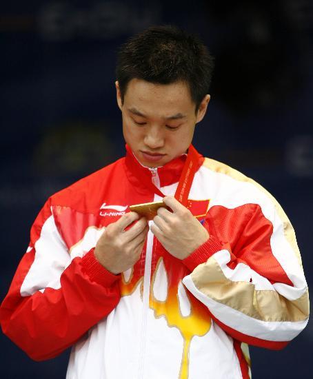 图文-体操世锦赛男子全能杨威卫冕杨威细看金牌