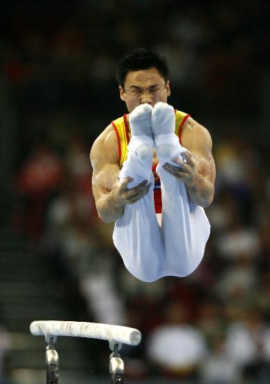 图文-体操世锦赛男子全能杨威卫冕双杠上继续表演