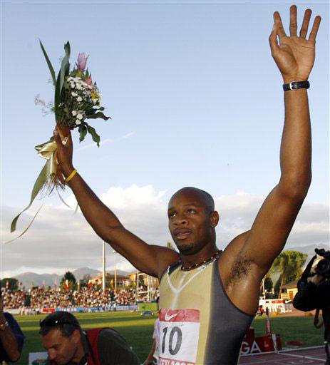 图文-牙买加鲍威尔破百米世界纪录手捧鲜花庆祝