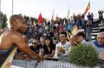 图文-牙买加鲍威尔破百米世界纪录与女观众握手