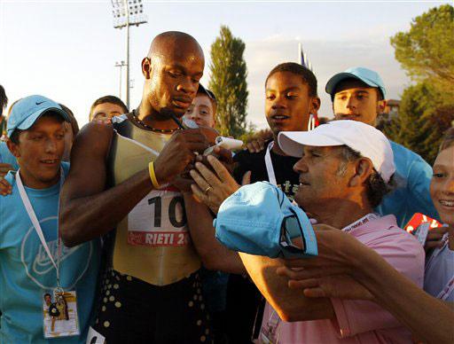 图文-牙买加鲍威尔破百米世界纪录认真为球迷签名