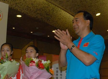 图文-[体操]中国体操队载誉返京高健鼓掌欢迎健儿