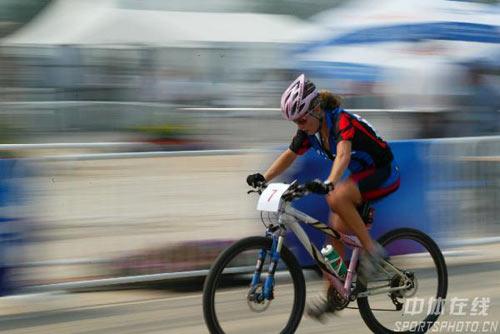 图文-好运北京国际山地车邀请赛 选手比赛中
