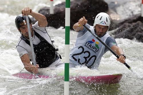 皮划艇激流回旋世锦赛意大利组合奋力划水