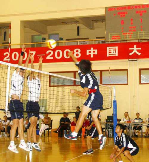 中国大学生排球联赛激战 四号位大力扣球得手