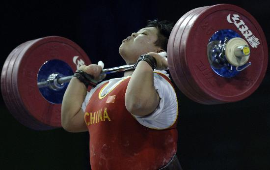 图文-举重世锦赛女子75公斤比赛挺举彰显力量